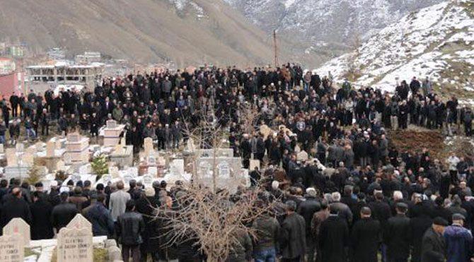 Hakkari'de 10 bin kişiyi buluşturan cenaze!