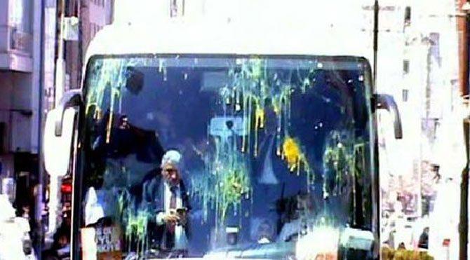 AKP'nin seçim otobüsüne yumurtalı, taşlı saldırı