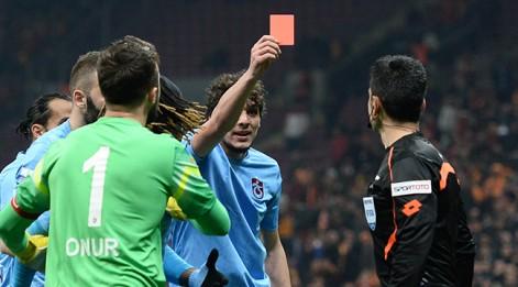 Salih Dursun hakeme kırmızı kart gösterdi! Dünyada eşi benzeri yok