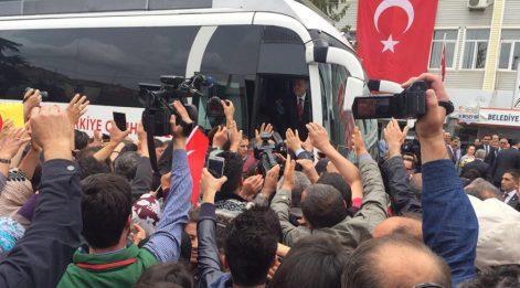 Erdoğan'ı görmek için çatıya çıktılar!