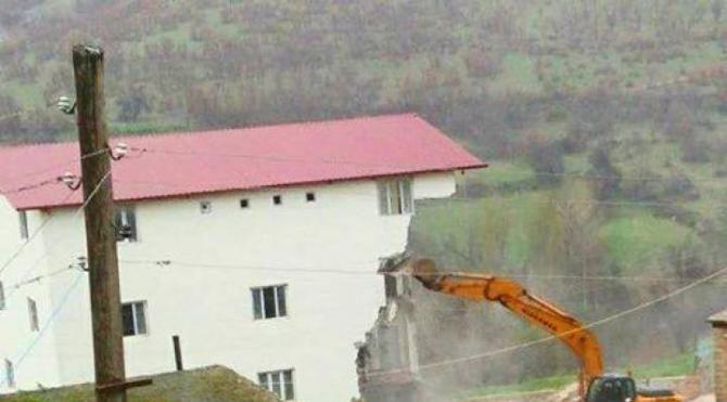 Lice'de tartışmalı bina kaçak olduğu gerekçesiyle yıkıldı