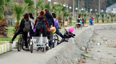 'Tahrik ediyorsunuz' diye bisiklet süren kadınlara saldırdı!
