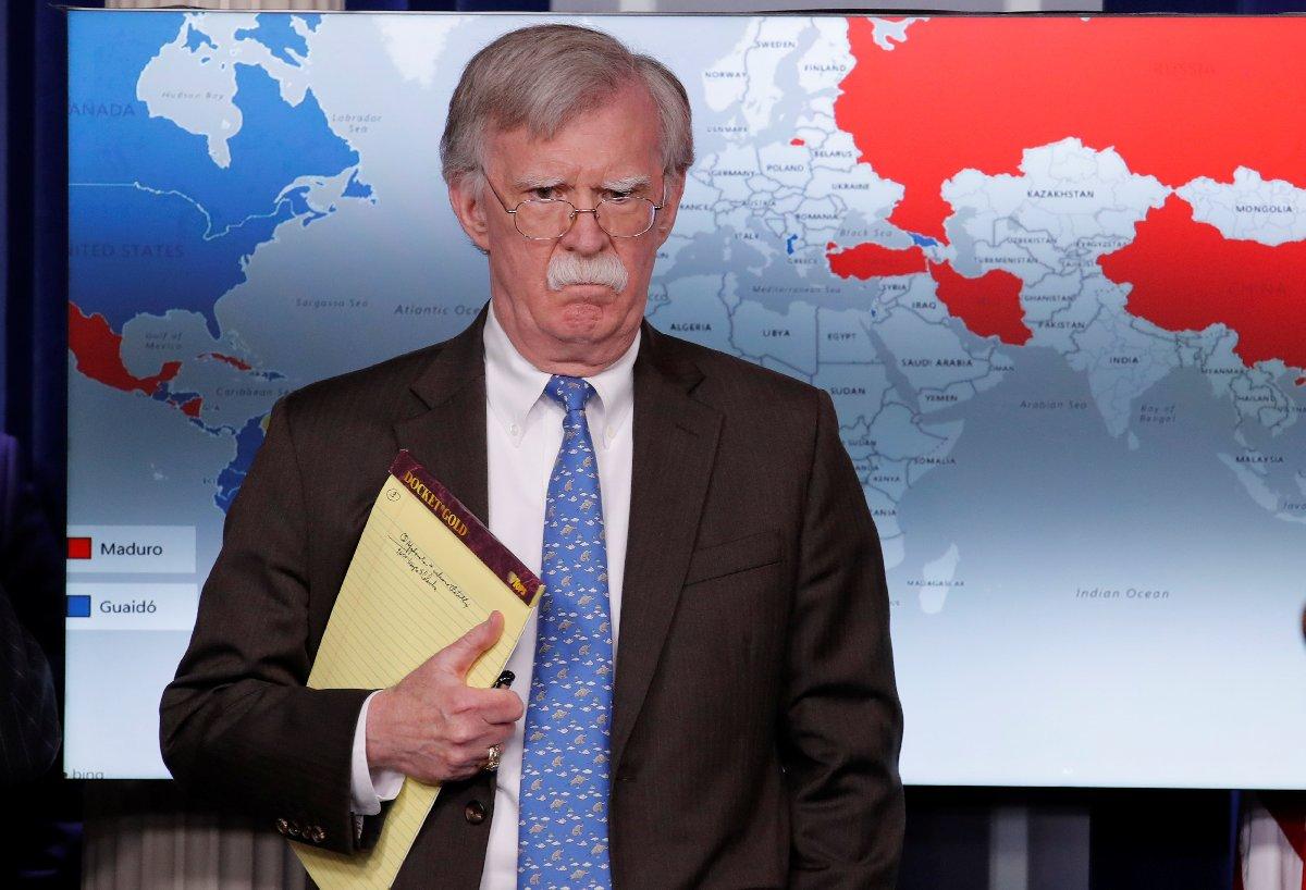 Bolton konuşma yaparken arka planda yer alan dev dünya haritasında Maduro ve Guaido'ya destek veren ülkeler kırmızı ve mavi renklerle gösterildi. Türkiye'nin üzeri kırmızıya boyandı.