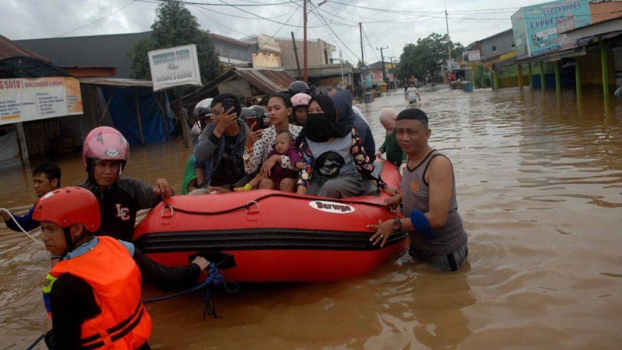 Endonezya sele teslim! Ölü sayısı 30'a yükseldi, onlarca kişi kayıp