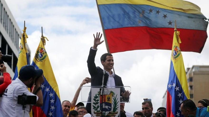 Guaido, Maduro'yu devirebilmek için askerlerle görüşüyor