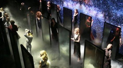 Özgür Masur, Mercedes-Benz Fashion Week İstanbul'a disko ruhunu taşıdı!