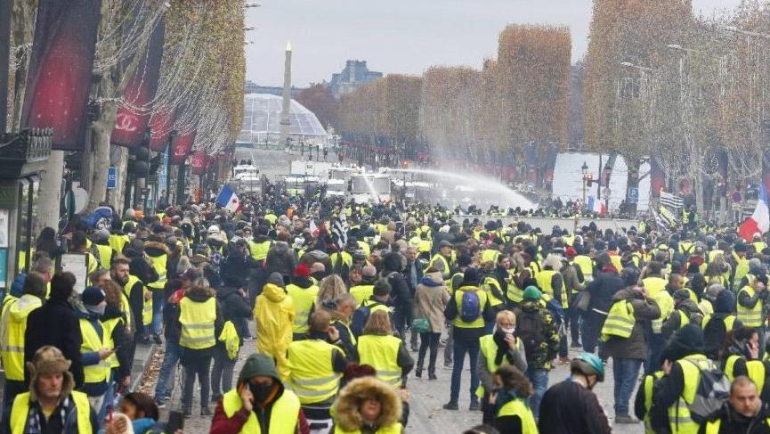 Sarı yelekliler yine sokaklarda! Çok sayıda yaralı ve gözaltı var