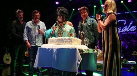 Bülent Ersoy'a sahnede doğum günü sürprizi
