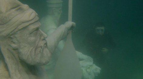 Su altında Pir Sultan Abdal ve Hacı Bektaş-ı Veli heykelleri