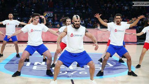 Anadolu Efes'in EuroLeague maçında 'Lösemi ise bir çaresi var' mesajı