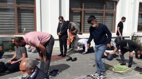Kars'a kayyum atanan vali belediye önünde cuma namazı kıldı