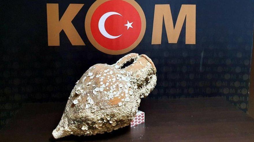 İzmir'de, 2 bin 500 yıllık amfora ele geçirildi