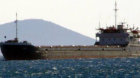 Bodrum açıklarında kuru yük gemisi ada kayalıklarına oturdu