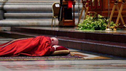 Papa'dan 'Kutsal Cuma' ayininde yerde dua