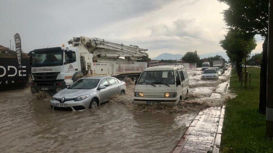 Sağanak yağış etkili oldu, araçlar yolda kaldı