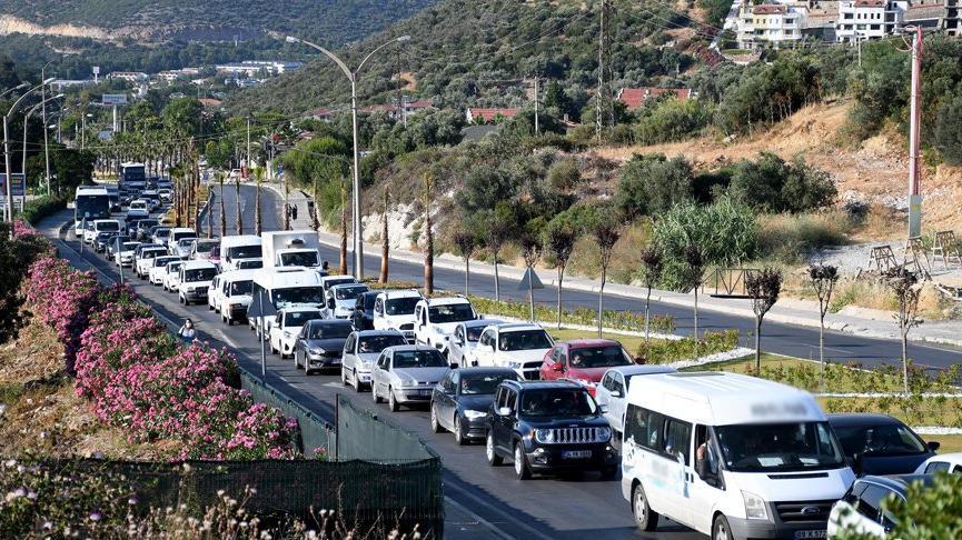 Kuşadası'na tatilci akını: Bir günde 10 binden fazla araç ilçeye giriş yaptı