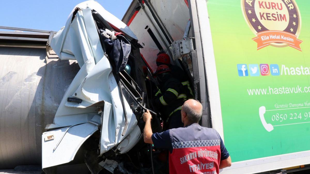 TEM'de zincirleme kaza: Tanker tıra ok gibi saplandı