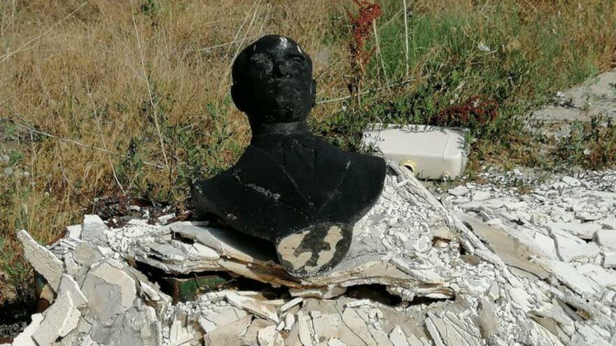 Atatürk büstünü yakıp çöpe attılar