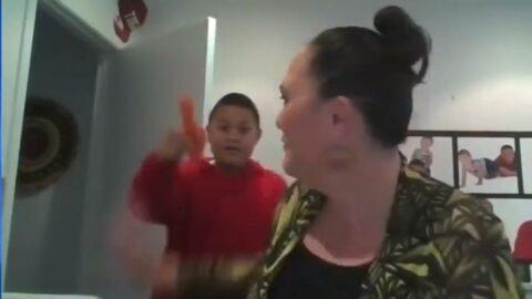 Yeni Zelandalı bakanın canlı yayın kazası... Oğlu cinsel organ şeklinde havuçla odayı bastı
