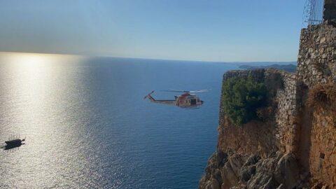 Tekli uçuşyapan yamaç paraşütçüsü, Alanya Kalesi eteklerine düştü