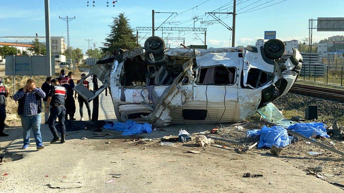 Tekirdağ'da feci kaza... Yük treni minibüse çarptı: 6 ölü