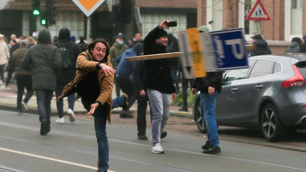 Amsterdam'da Covid-19 kısıtlamalarına karşı protesto
