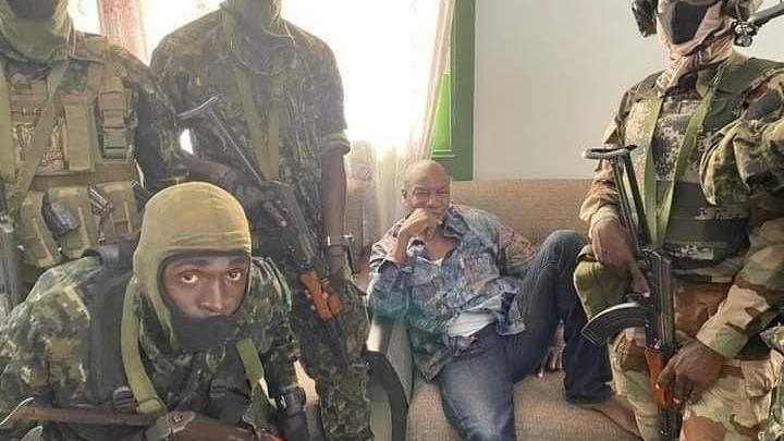 Darbe hareketliliği ülkeyi karıştırdı: Cumhurbaşkanı gözaltına alındı