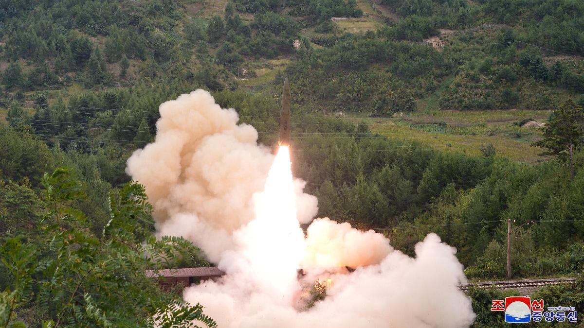 Kuzey Kore'den endişelendiren bir deneme daha: Bu sefer trenden fırlattılar