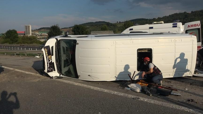 Otoyoldahatalı dönüş yapan minibüse otomobil çarptı: 8 yaralı