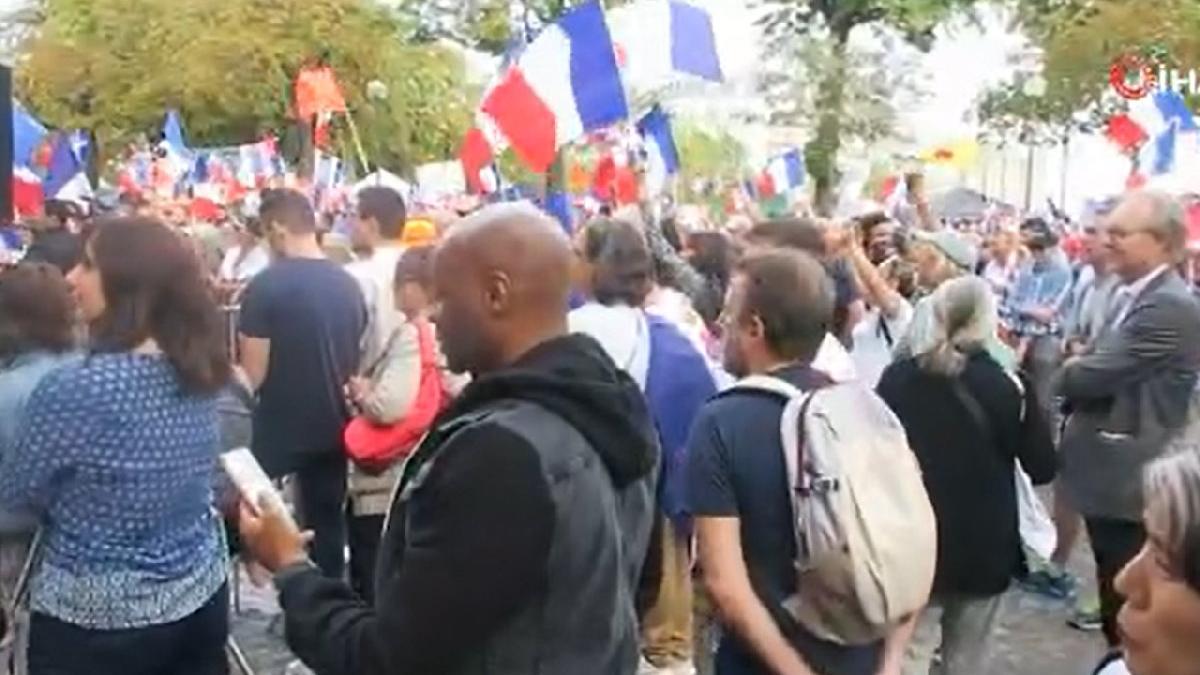 Fransa'da aşı karşıtları yine sokağa indi