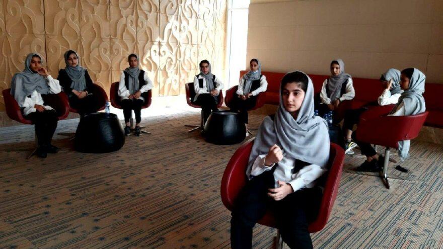 Taliban, kız öğrencilerin ortaokula gitmesini yasakladı