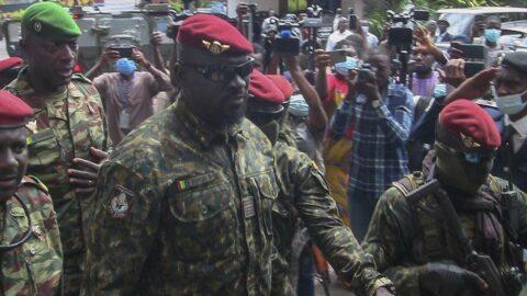 Darbeyle lider olan Doumbouya, geçici Cumhurbaşkanı olarak yemin etti