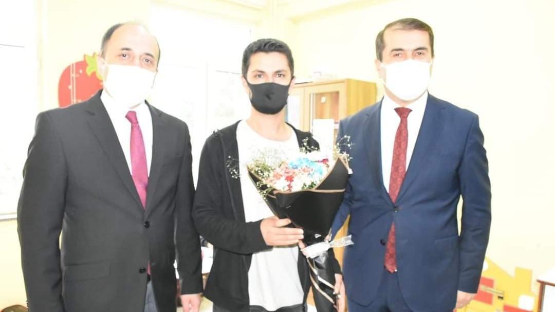 Kaymakamın kovduğu öğretmene, milli eğitim müdürü çiçek verdi