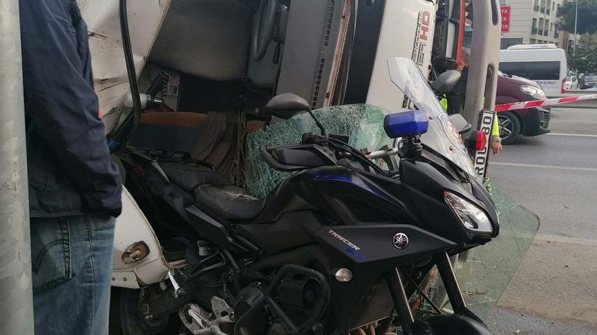 Kaza yapan kamyonet, motosikletli polisin üzerine devrildi