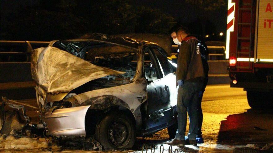 Üst geçidin ayağına çarparak yandı, sürücü öldü