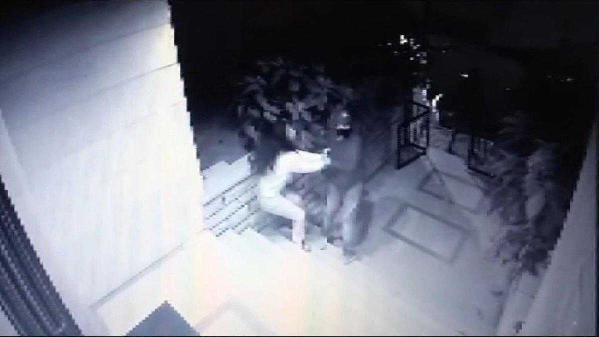 Hırsızlar kendilerini durdurmak isteyen genç kıza silah çekti