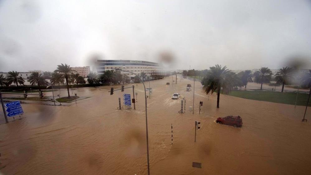 Umman'ı tropik fırtına vurdu! Can kaybı yükseliyor