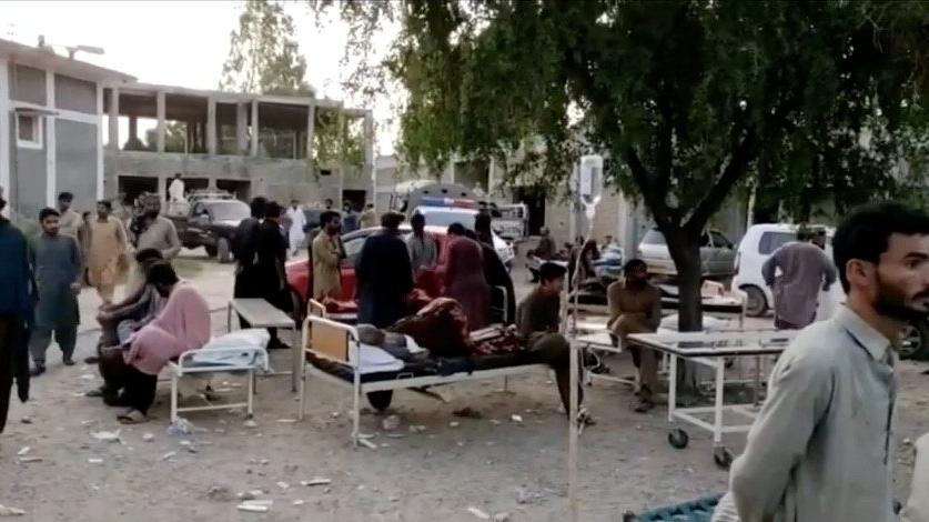 Pakistan'da 5.7 büyüklüğünde deprem: Çok sayıda ölü var
