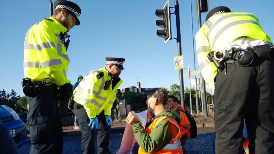 İngiltere'de yüzlerce protestocuya gözaltı