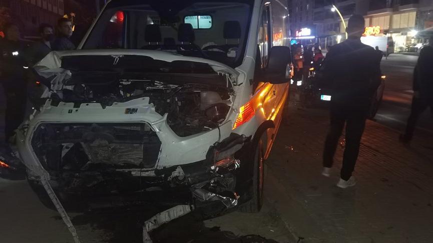 Hasta taşıyan ambulans kırmızı ışıkta geçerken otomobille çarpıştı: 6 yaralı