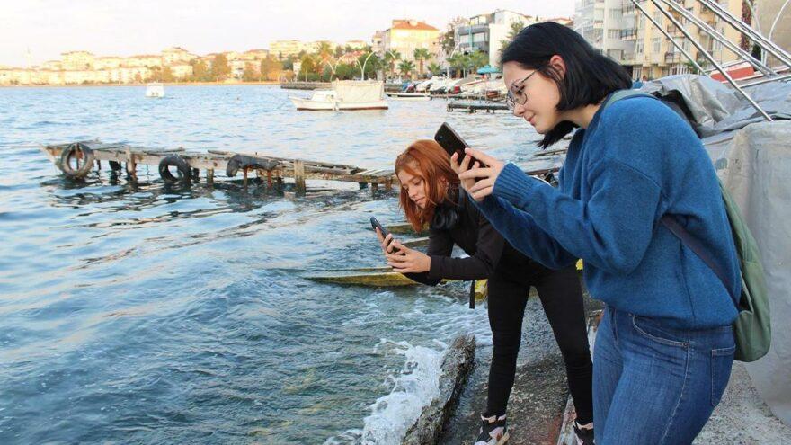 Sahili istila ettiler! Gören cep telefonuna sarıldı