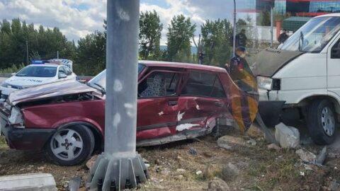 Gediz'de iki araç çarpıştı: 3 yaralı