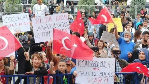 İzmir'de aşı karşıtı miting