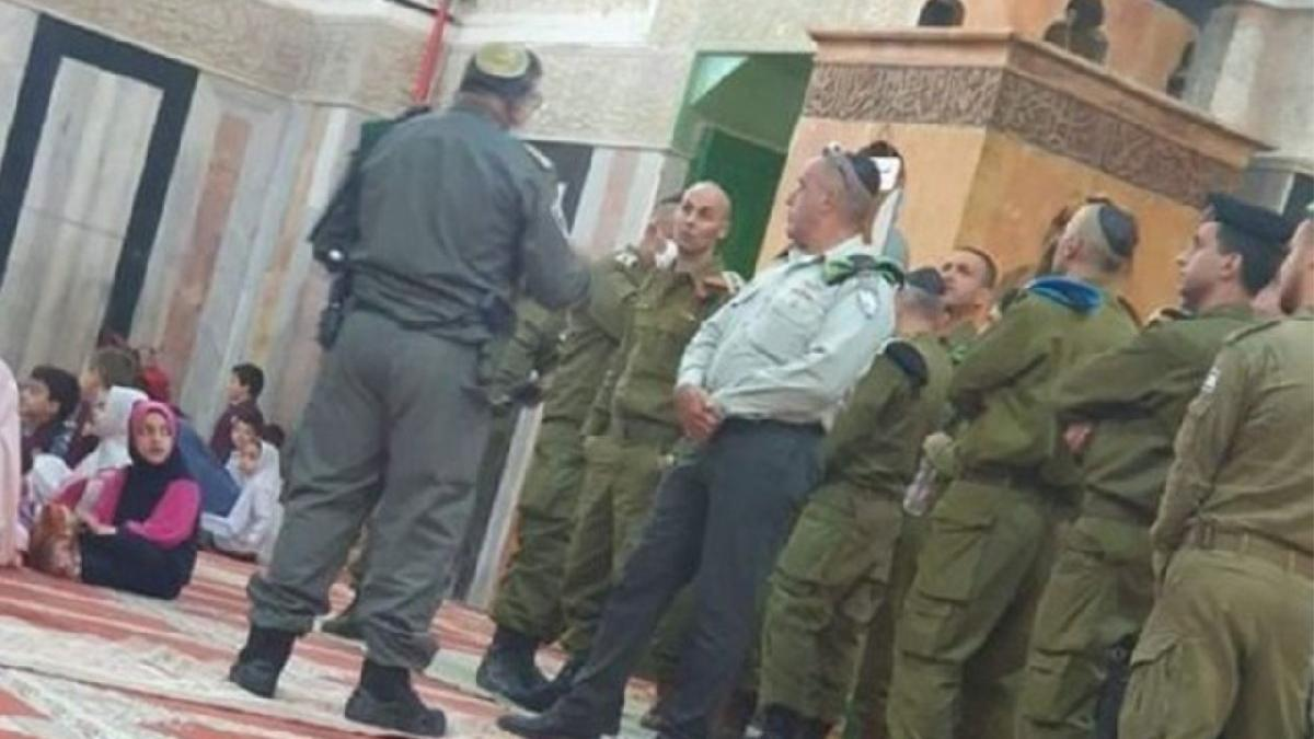 İsrail askerlerinden camide skandal görüntüler