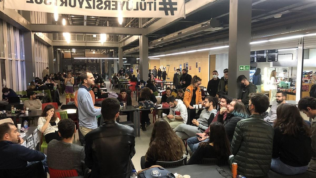 İTÜ'de 'barınamıyoruz' nöbeti başladı! Yurt sorunu yaşayan öğrenciler geceyi kampüste geçiriyor