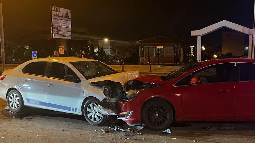 Pendik'te iki otomobil kafa kafaya çarpıştı: 4 yaralı