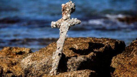 İsrail kıyılarında 900 yıllık Haçlı kılıcı bulundu