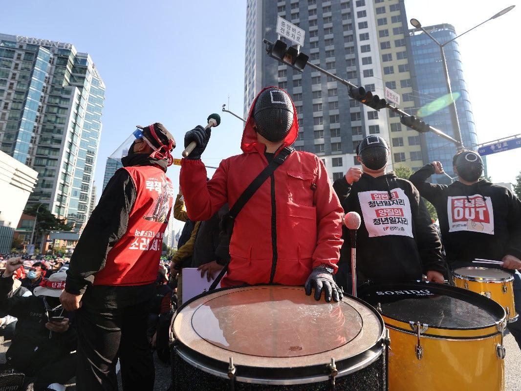 Güney Kore'de Squid Game protestolarda da başrolde