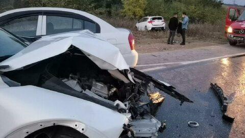 Ters yöne giren araç, 3 otomobile çarptı: 4 yaralı
